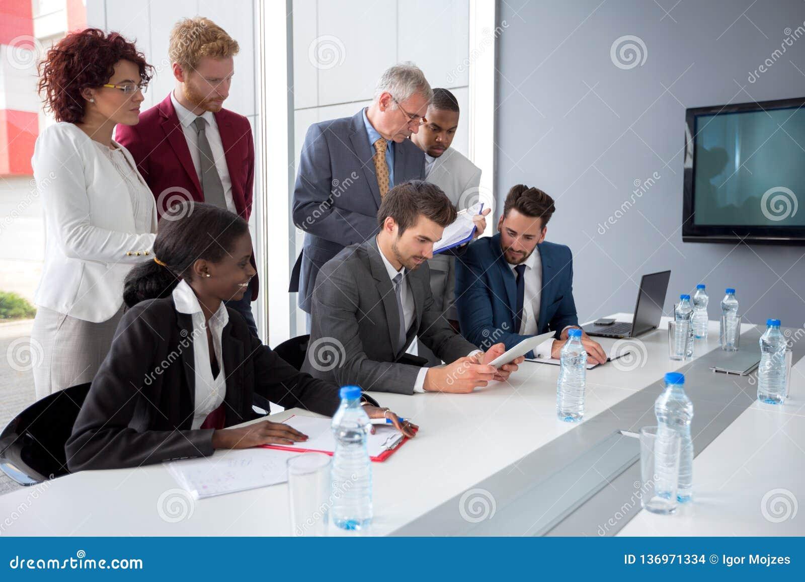 Работодатель следовать данными от планшета во встрече компании