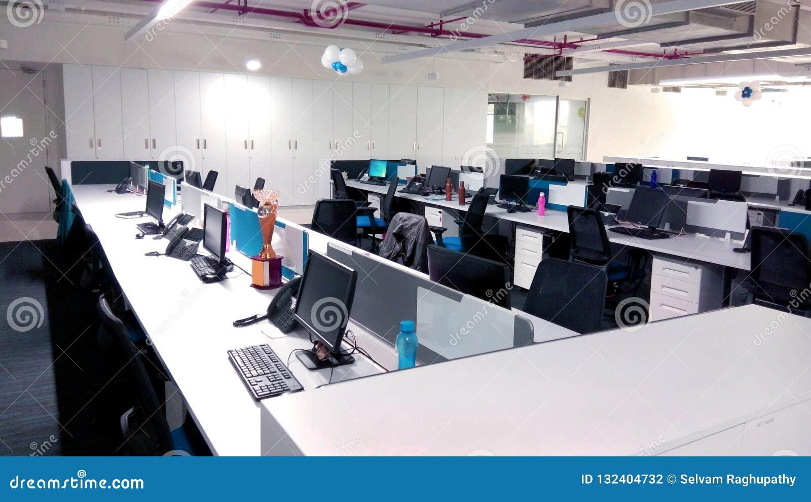 Рабочая станция с компьютерами компания информационной технологии