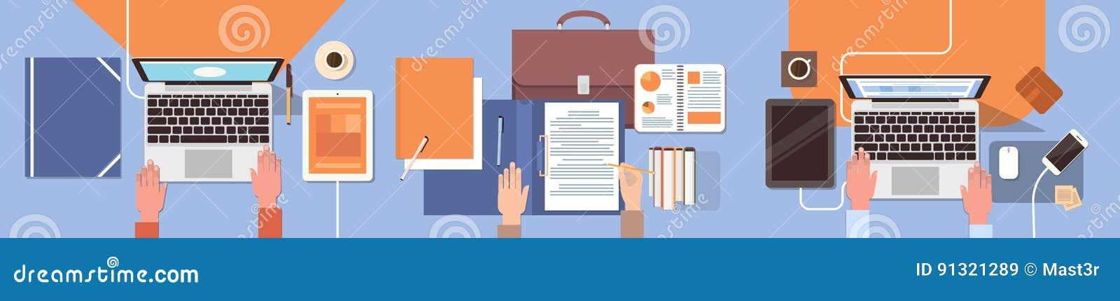Рабочего места бизнесмены рук стола работая сыгранность офиса взгляда верхнего угла компьтер-книжки и планшета