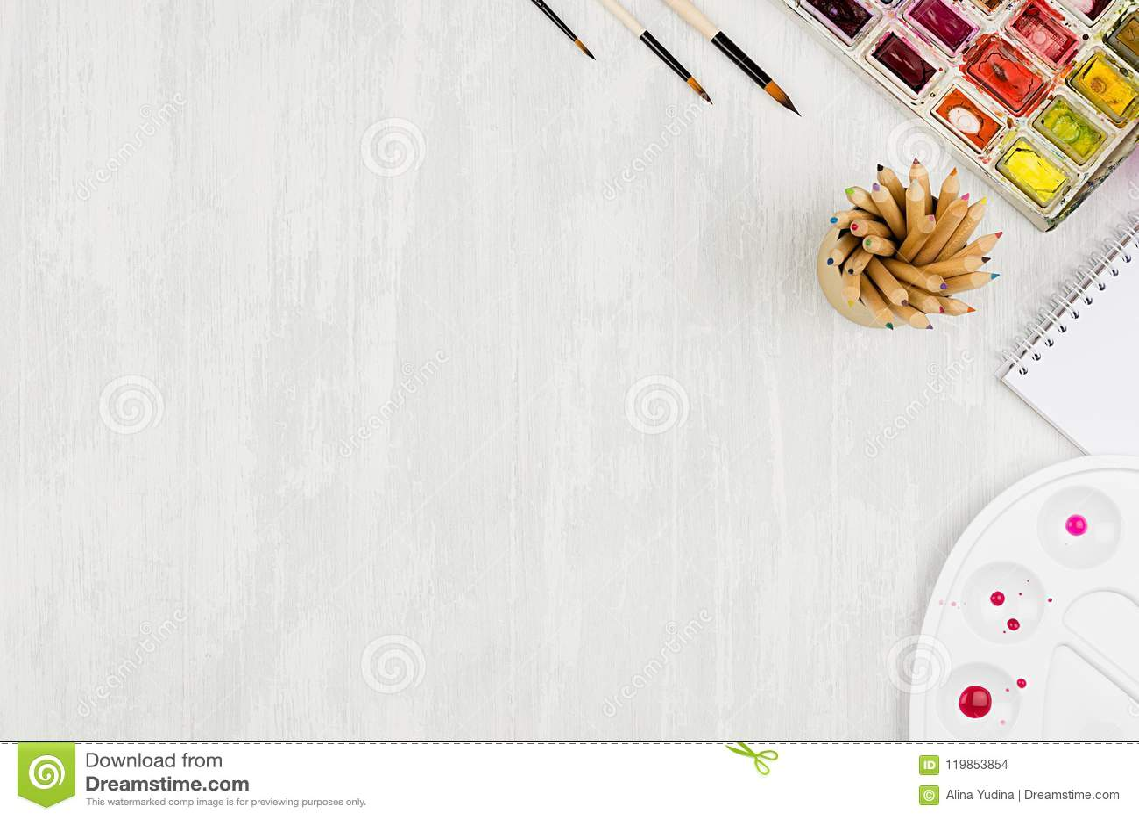 Рабочее место дизайнеров - канцелярские принадлежности для творческих способностей - краски акварели, палитра, щетки, покрасило к