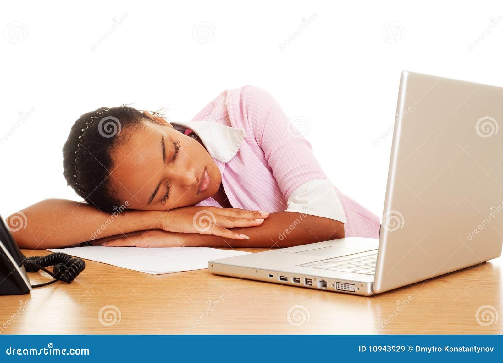 рабочее место женщины спать утомленное