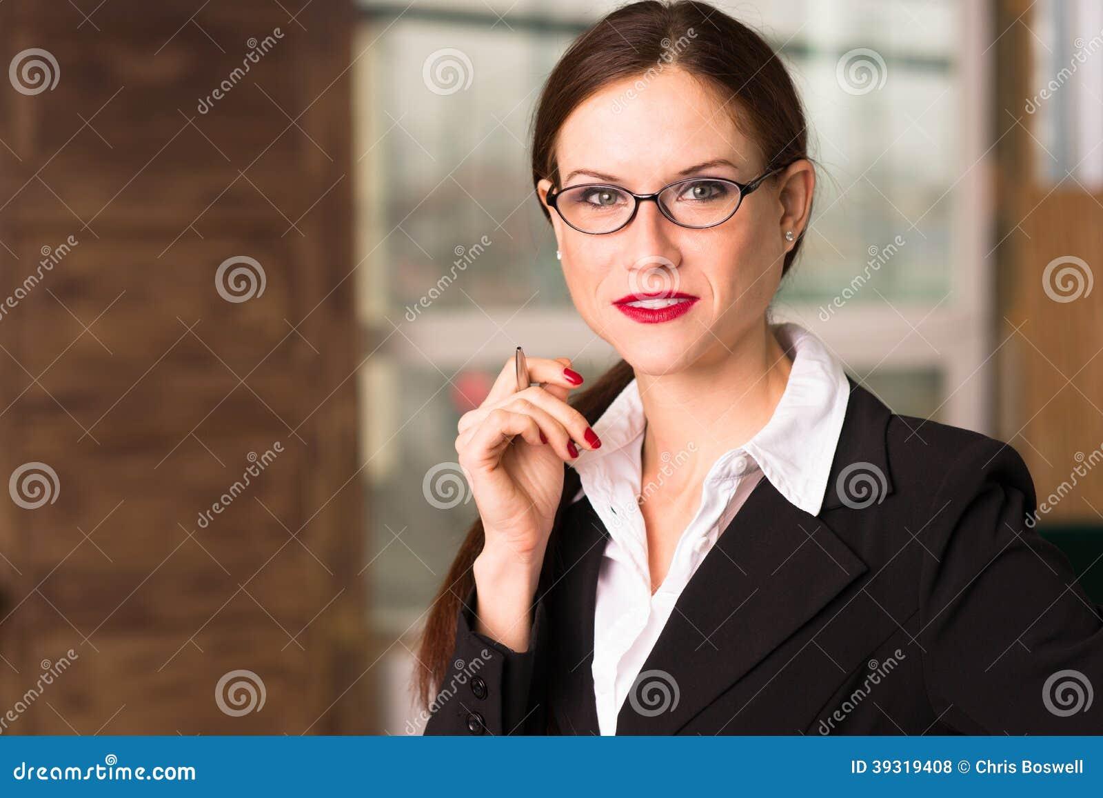 Рабочее место офиса главного исполнительного директора бизнес-леди привлекательного брюнет женское