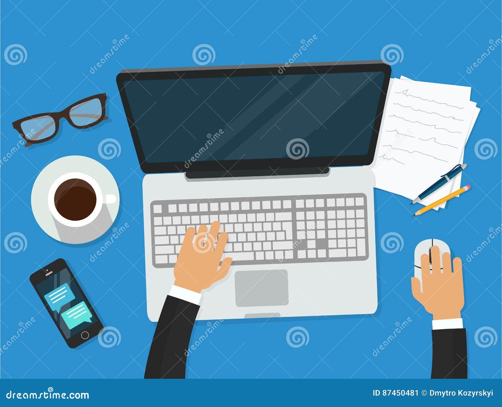 Рабочее место при персона работая на видео-плейер компьтер-книжки наблюдая, концепции webinar, онлайн обучении дела, образовании