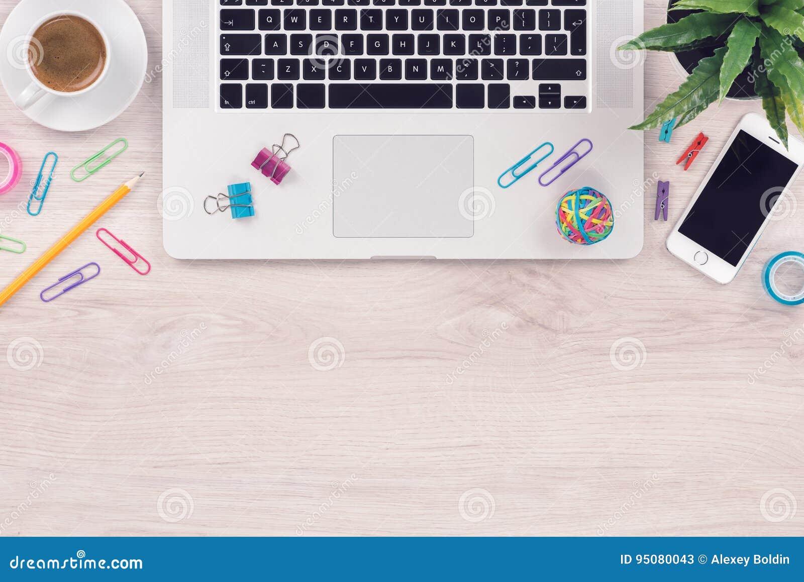 Рабочее место таблицы стола офиса с положением взгляд сверху клавиатуры и smartphone компьтер-книжки плоским с космосом экземпляр
