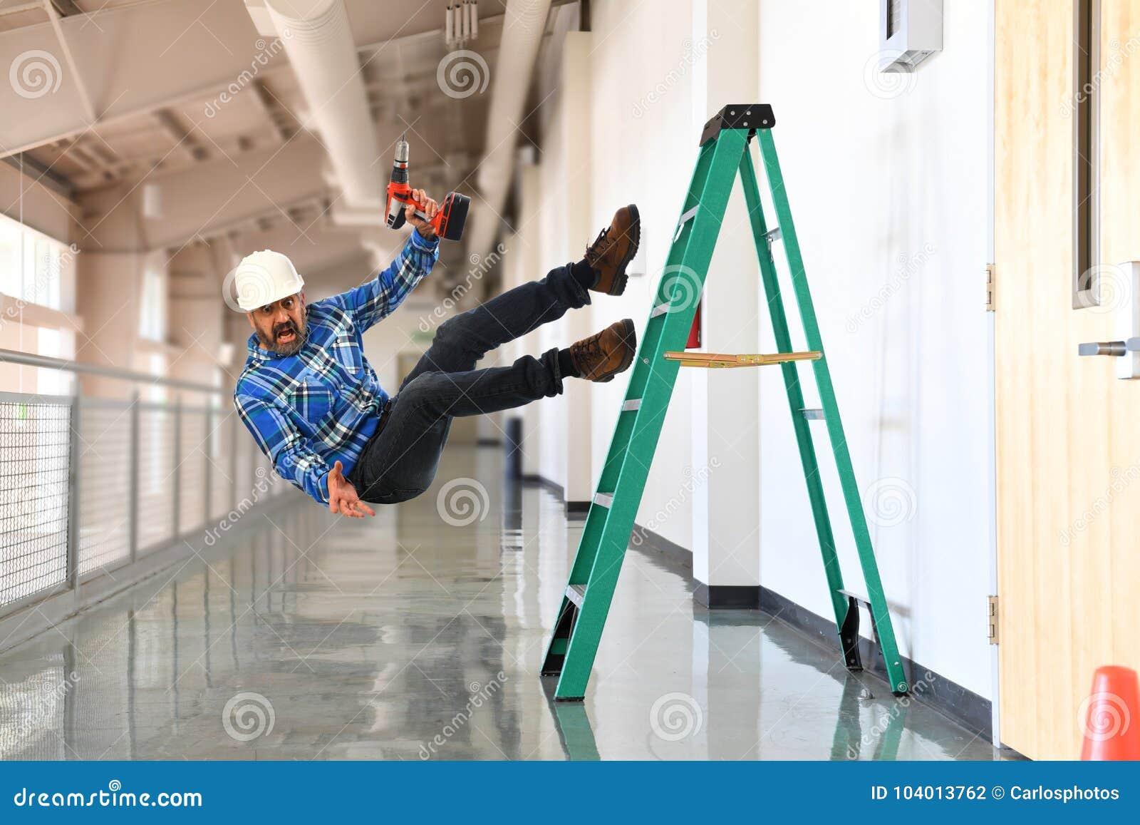 Рабочий-строитель падая лестница