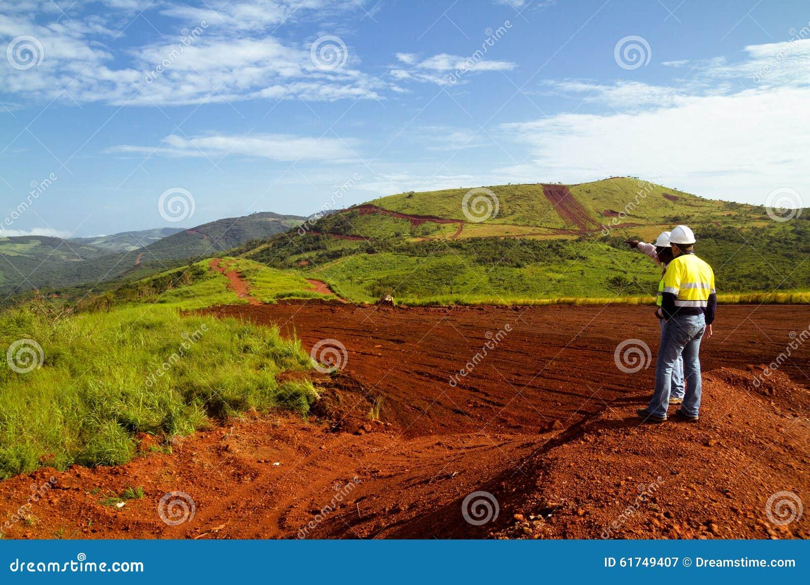 Рабочий-строители минирования на верхней части горы в Сьерра-Леоне