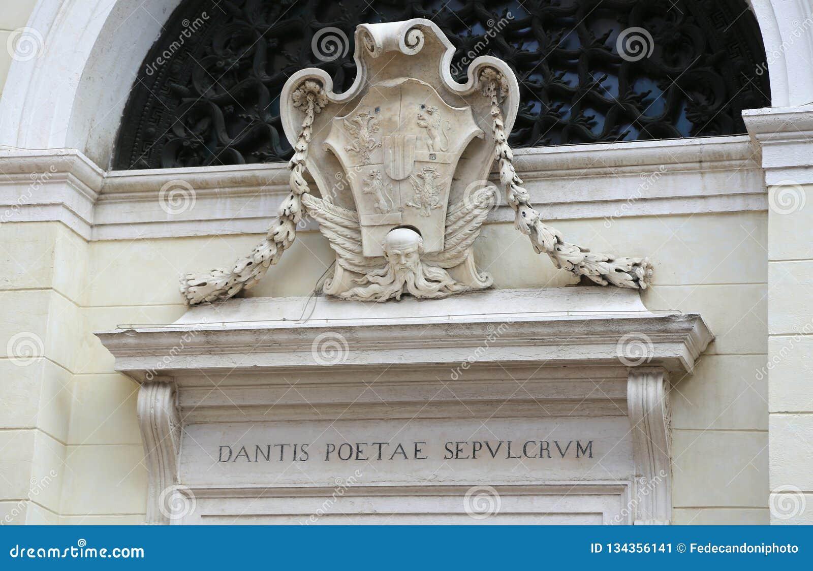 Равенна, РА, Италия - 5-ое июня 2016: Надпись в латыни которая значит усыпальницу поэта Dante