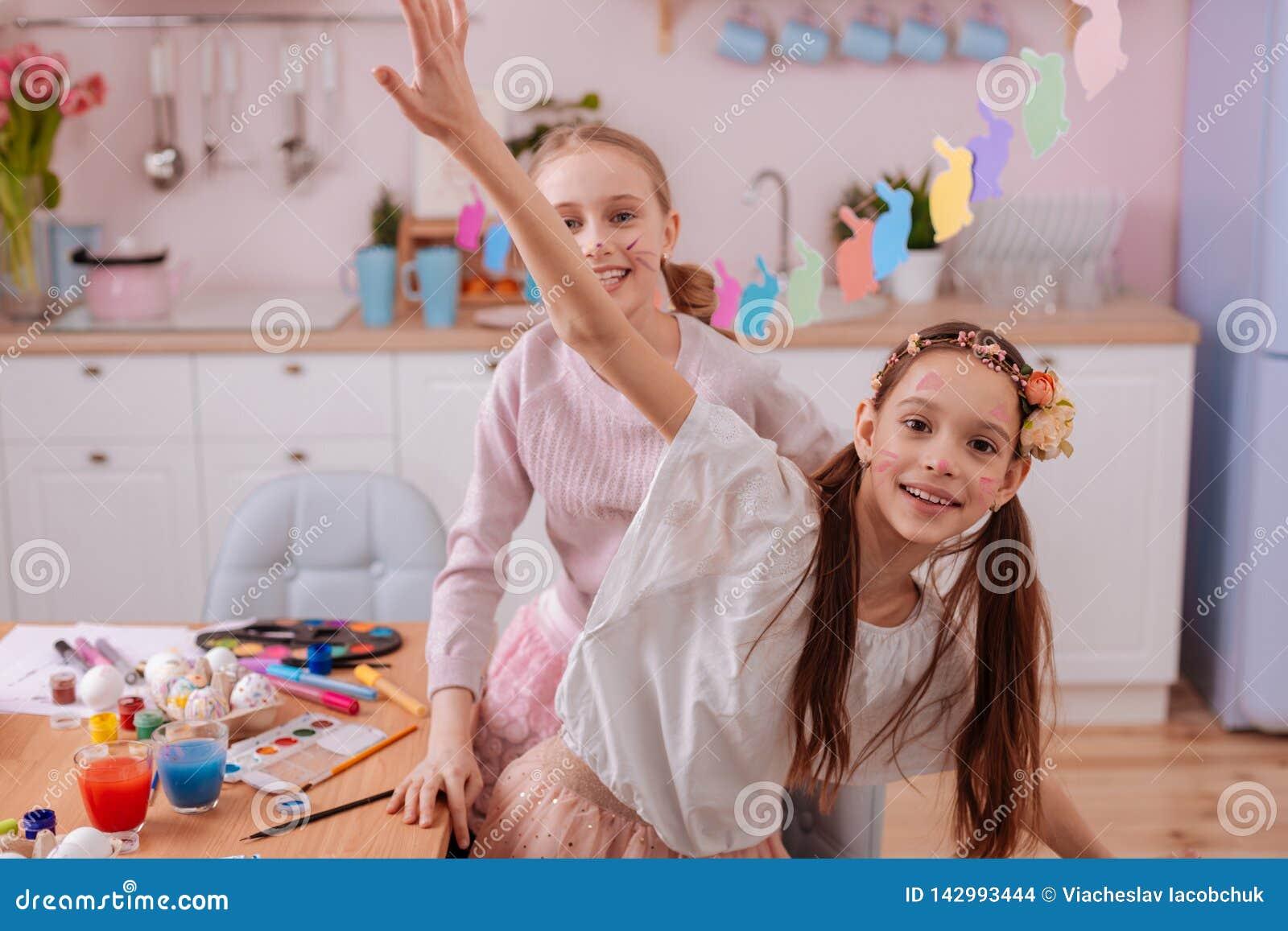 Радостные подростки имея потеху совместно в кухне