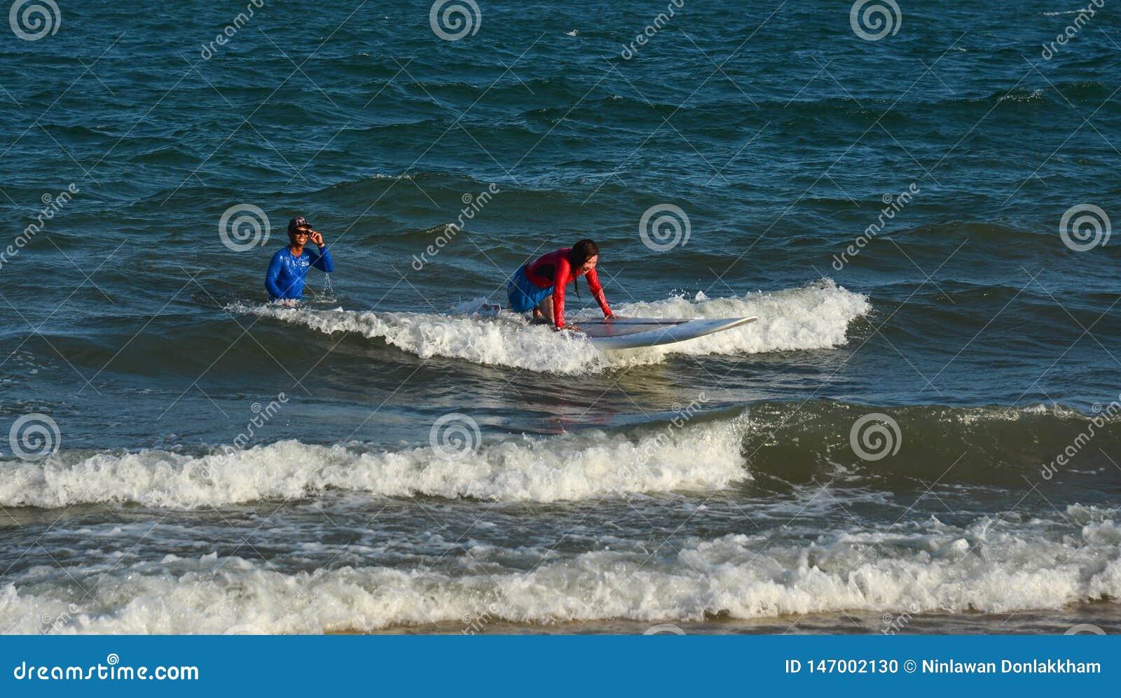 Радостный серфер beginner молодой женщины