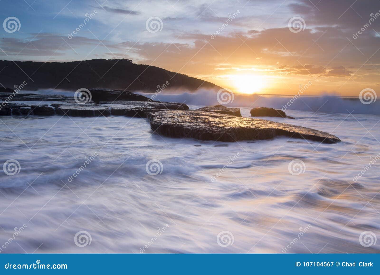 Разбивать развевает на побережье Нового Уэльса
