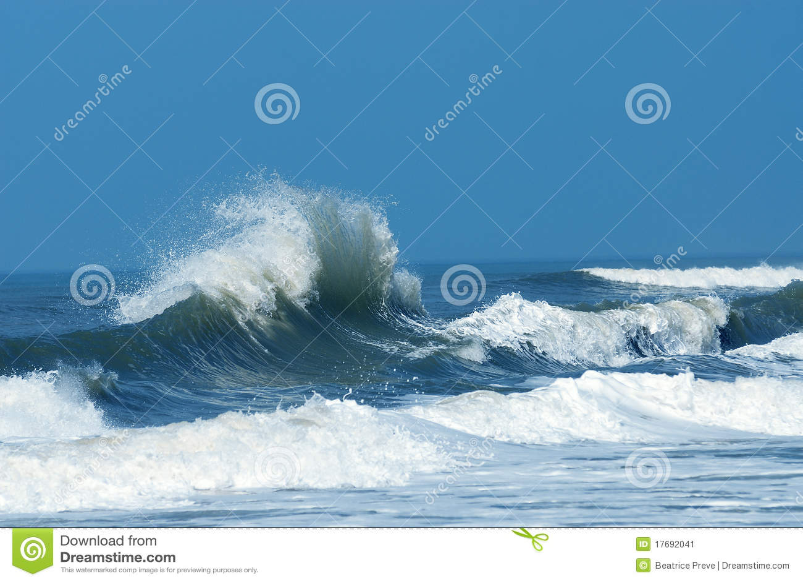 разбивая мощная волна
