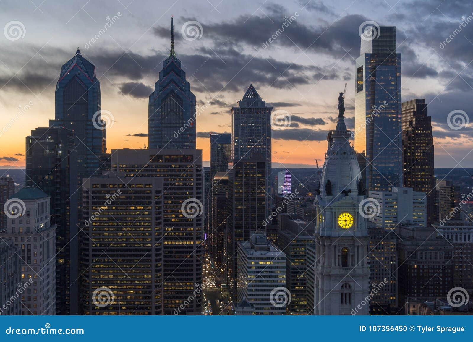 Разбивочный заход солнца Филадельфии города
