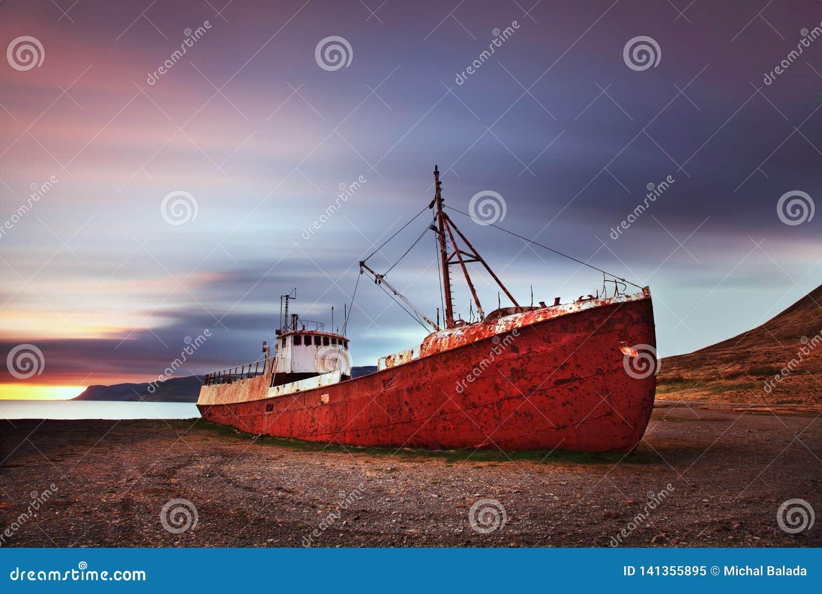 Мирный взгляд Атлантического океана на зоре развалина корабля в Исландии, Европе Сценарное изображение красивого ландшафта природ