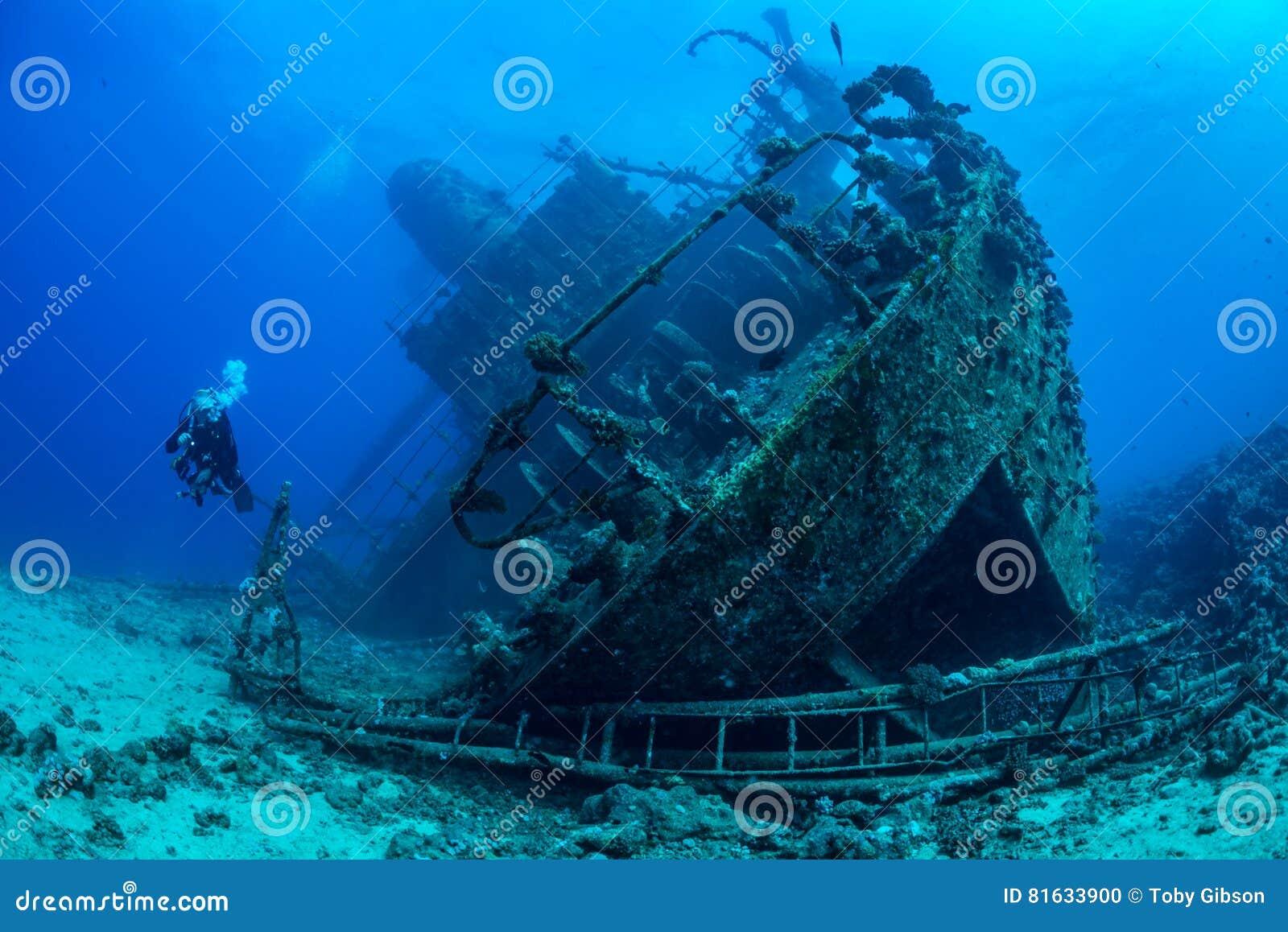 Развалина Красного Моря водолаза исследуя