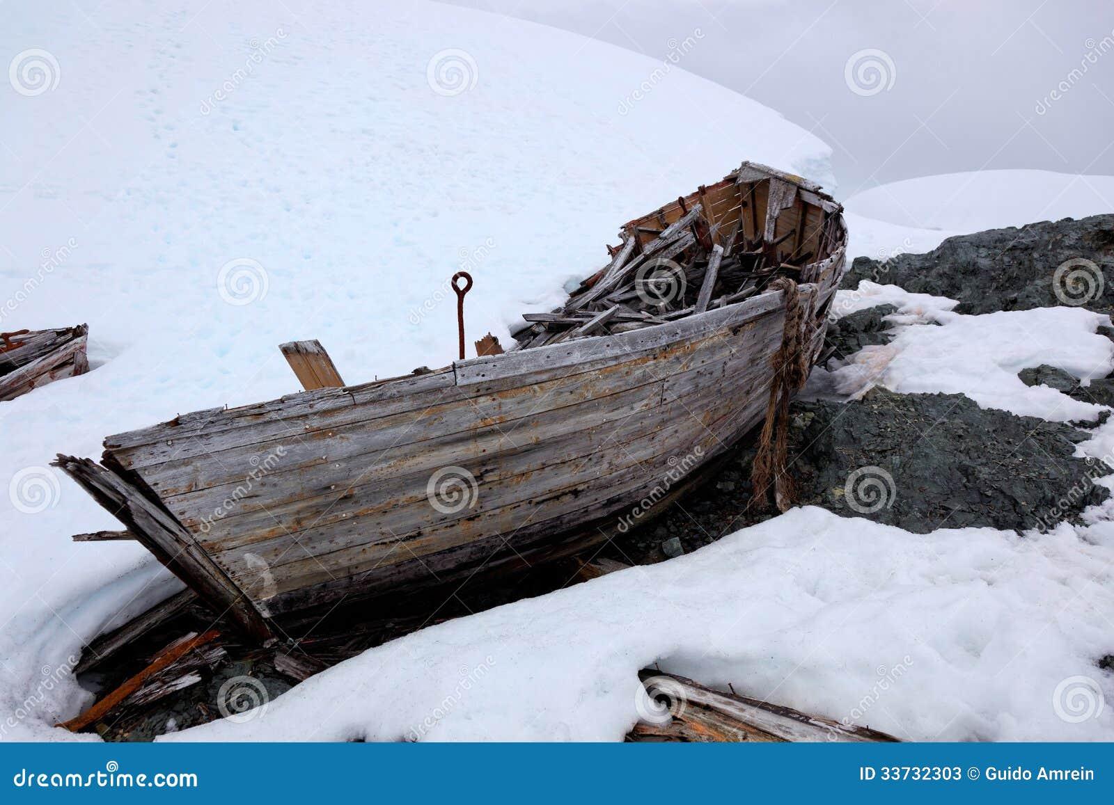 Развалина старой покинутой шлюпки китоловства в Антарктике