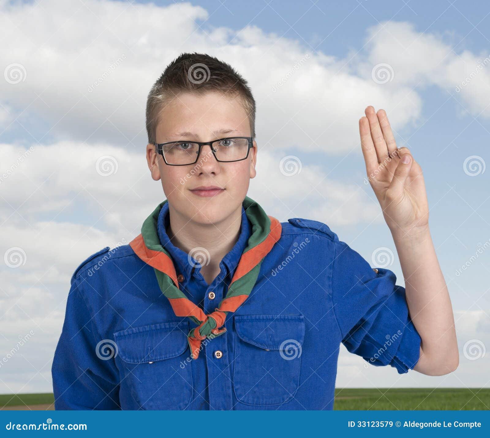 Разведчик мальчика делая присягу присягает