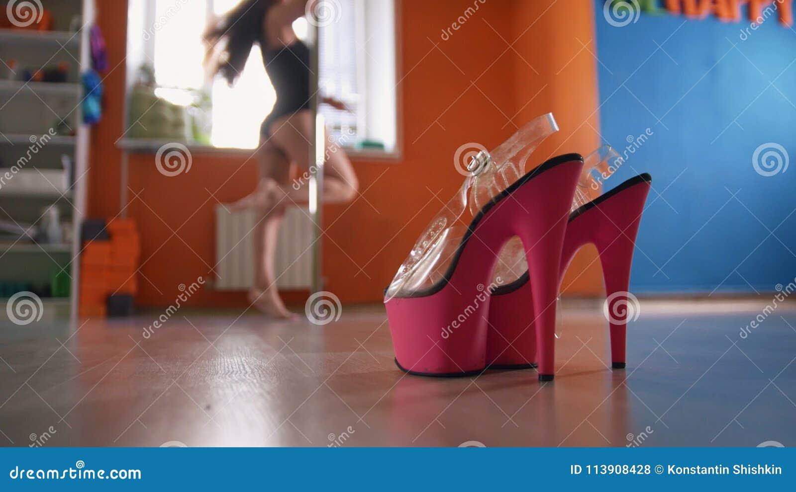 Раздевать-ботинки перед женщиной танцев в фитнесе классифицируют - розовые ботинки