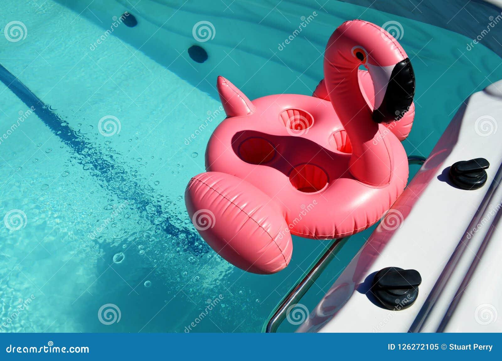 Раздувная игрушка в бассейне курорта