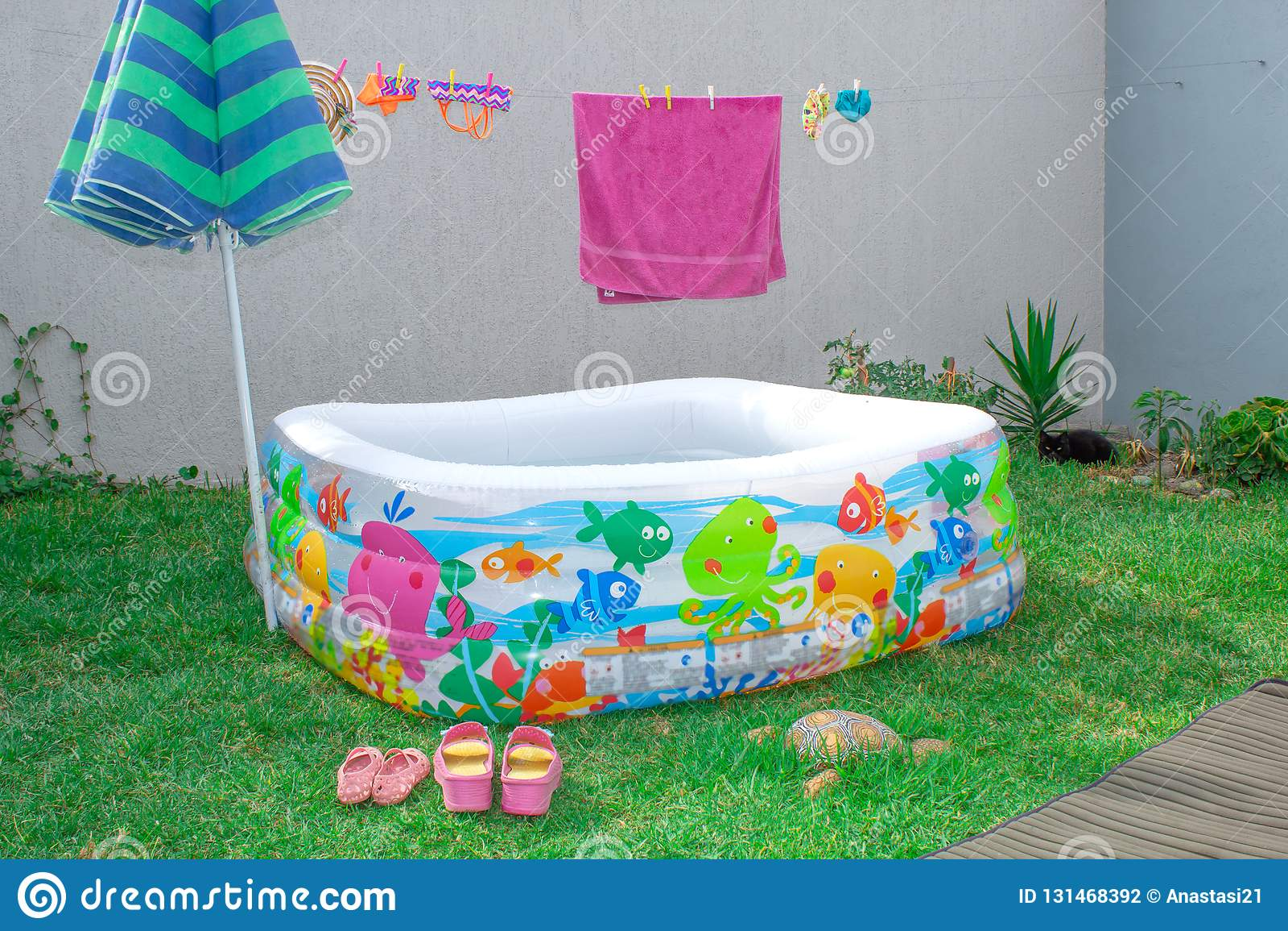 Раздувной бассейн в саде, с зонтиком