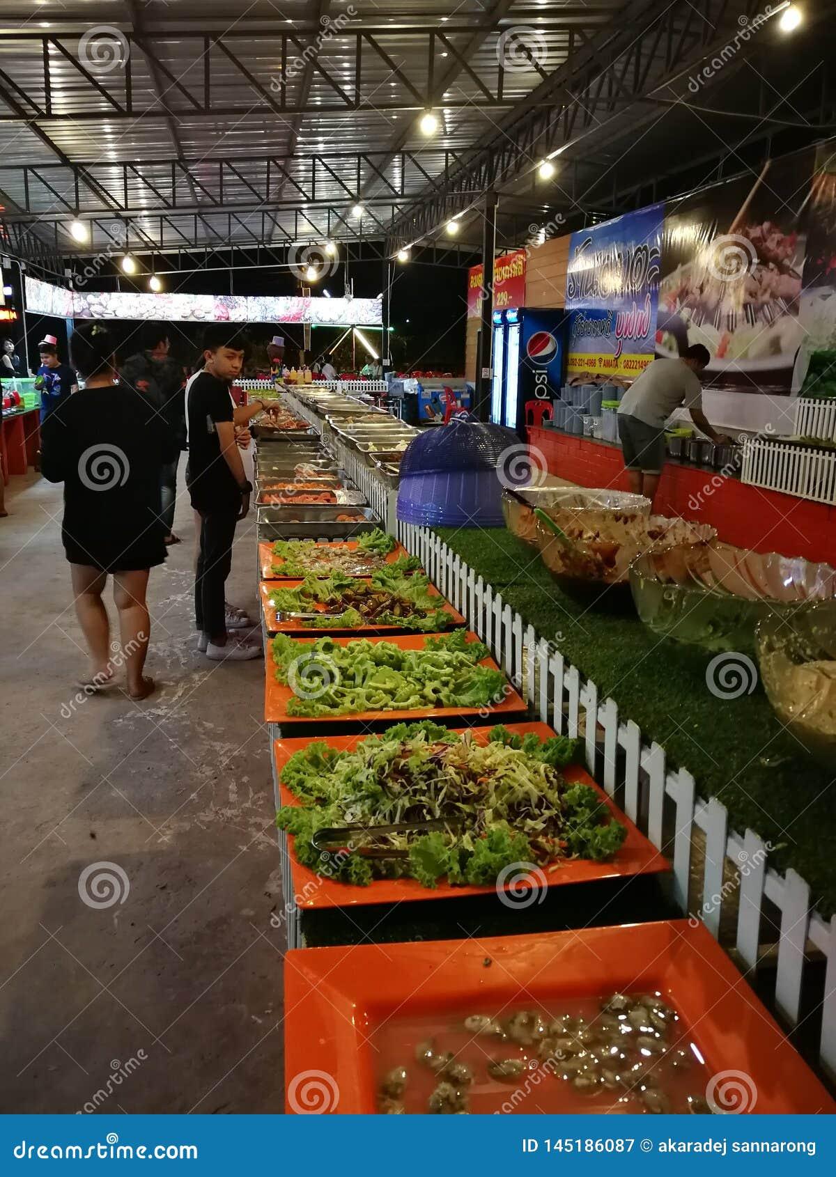 Различные блюда шведского стола в Таиланде