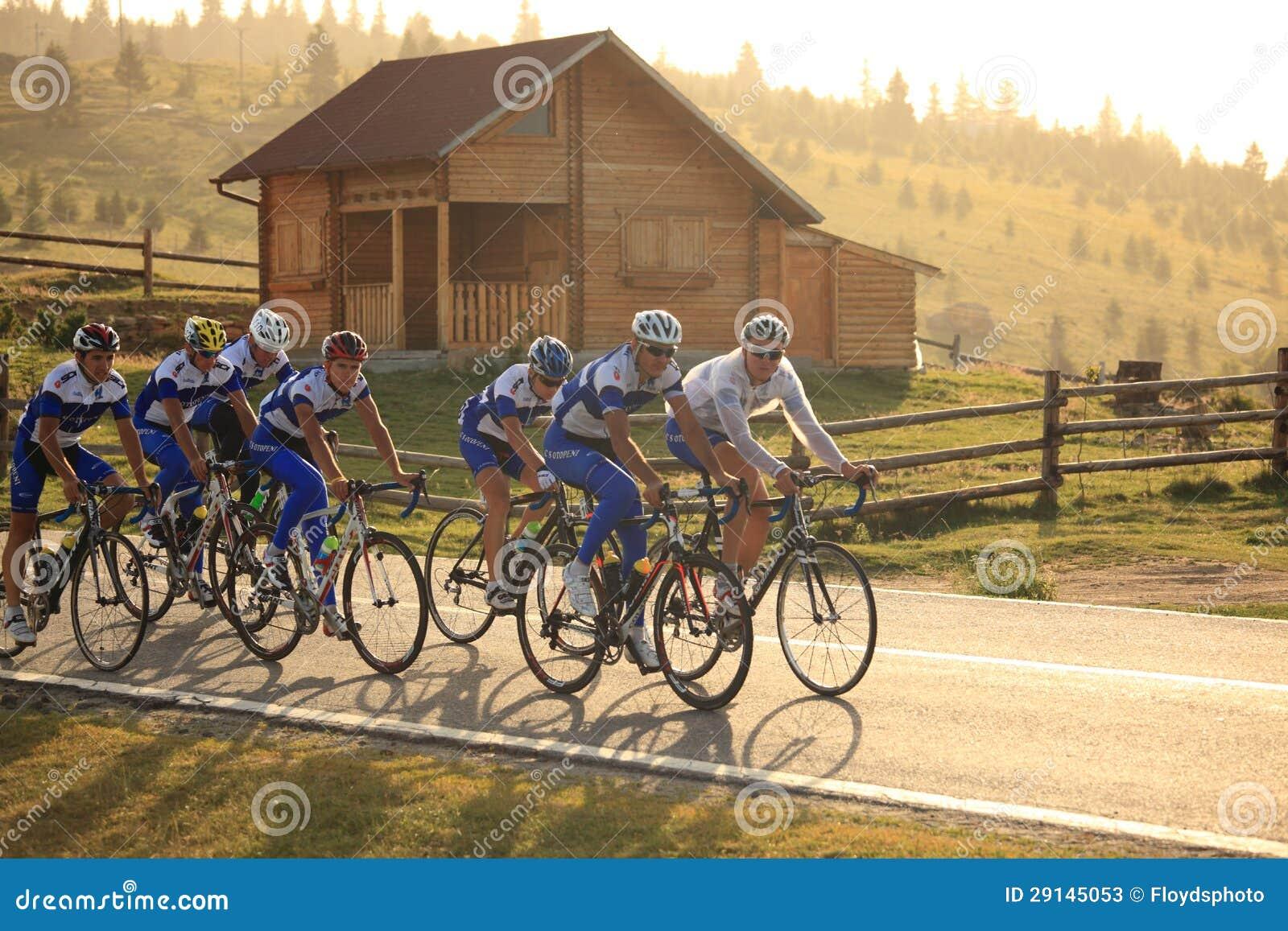Различные велосипедисты от различных команд на Paltinis, Румыния