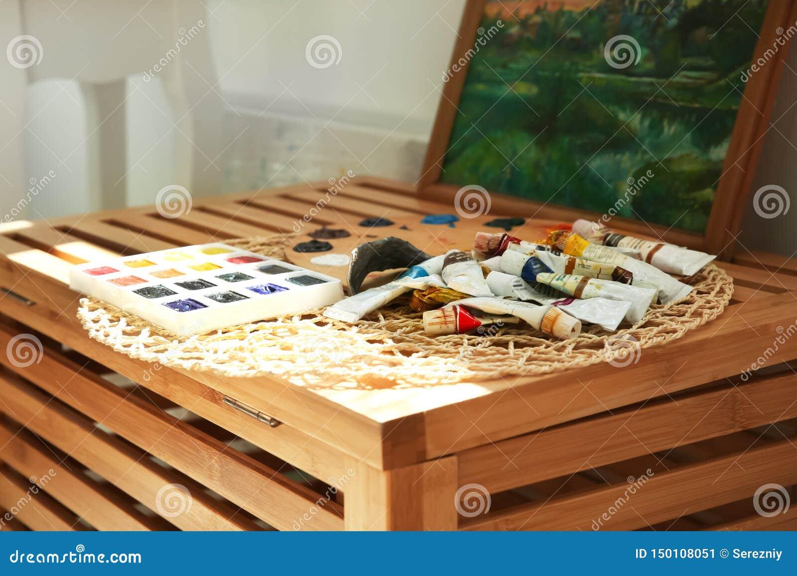 """Различные краски на деревянной коробке в художнике  """"мастерской s"""