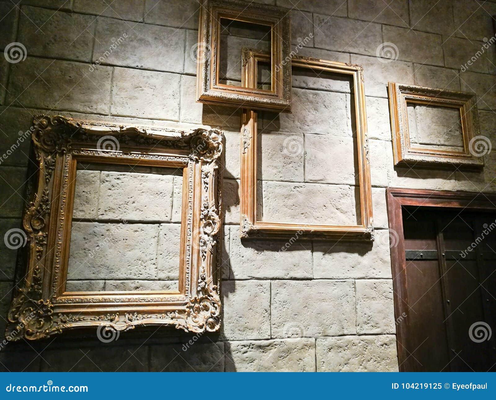 Различные пустые винтажные рамки фото на кирпичной стене