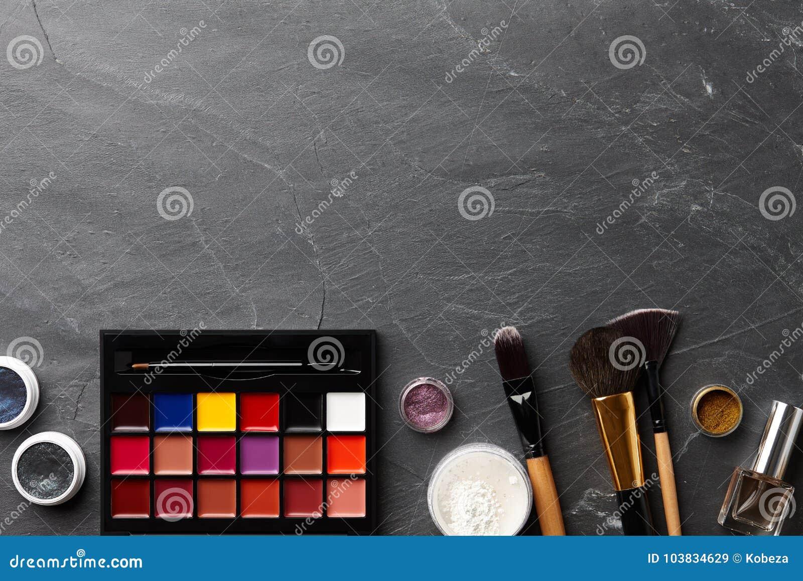 Различный профессионал составляет инструменты и косметики