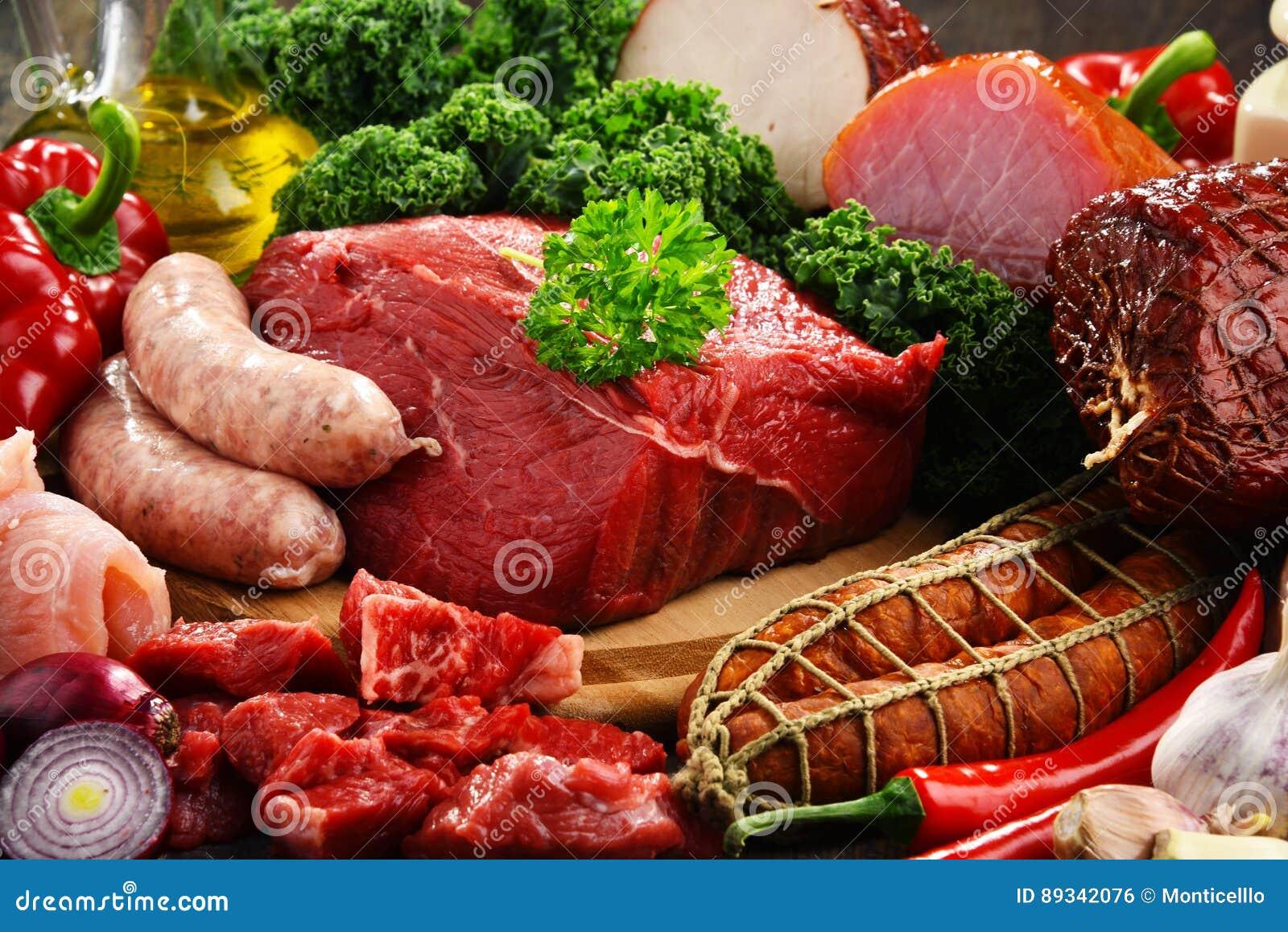 Разнообразие мясных продуктов включая ветчину и сосиски