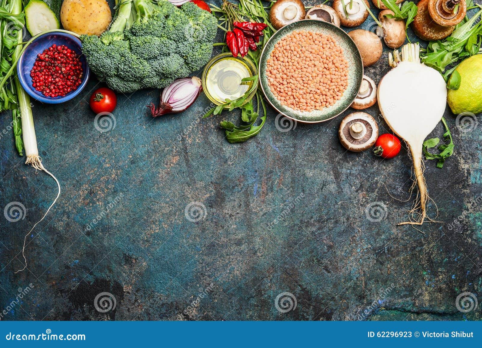 Разнообразие овощей, красной чечевицы и ингридиентов для здоровый варить на деревенской предпосылке, взгляд сверху, горизонтально