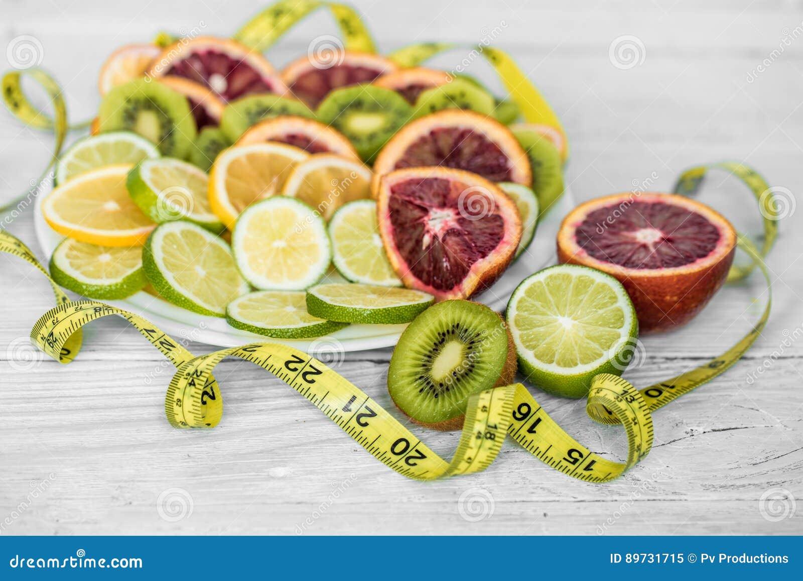 разнообразие плодоовощи и измеряя лента