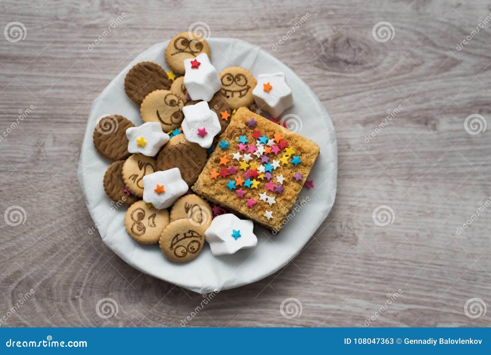 Разнообразие сладостных праздничных печений на деревянной предпосылке