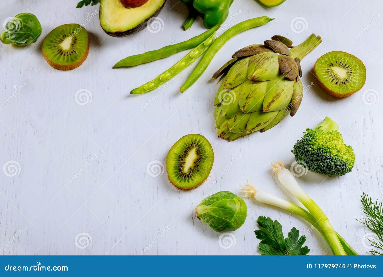 Разнообразие сырцовых зеленых салатов овощей, салат, bok choy, мозоль, брокколи, капуста савойя как доска рамки круглая пустая бе