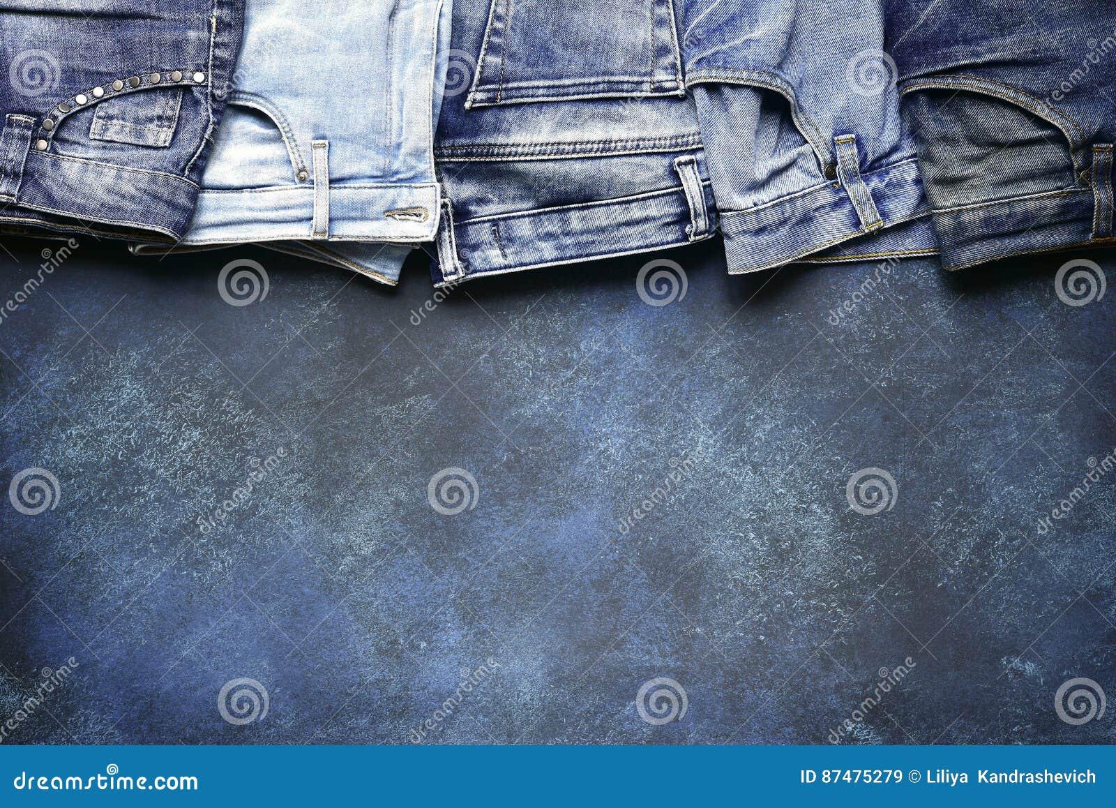 Разнообразие людей и джинсов woomen на предпосылке grunge Взгляд сверху