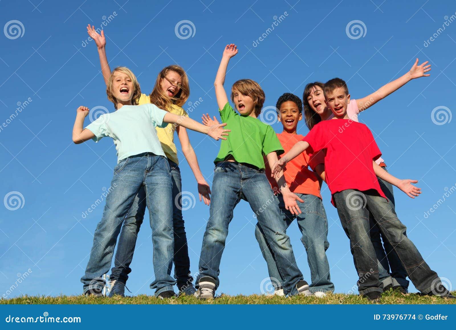 Разнообразие ягнится поднятые руки группы