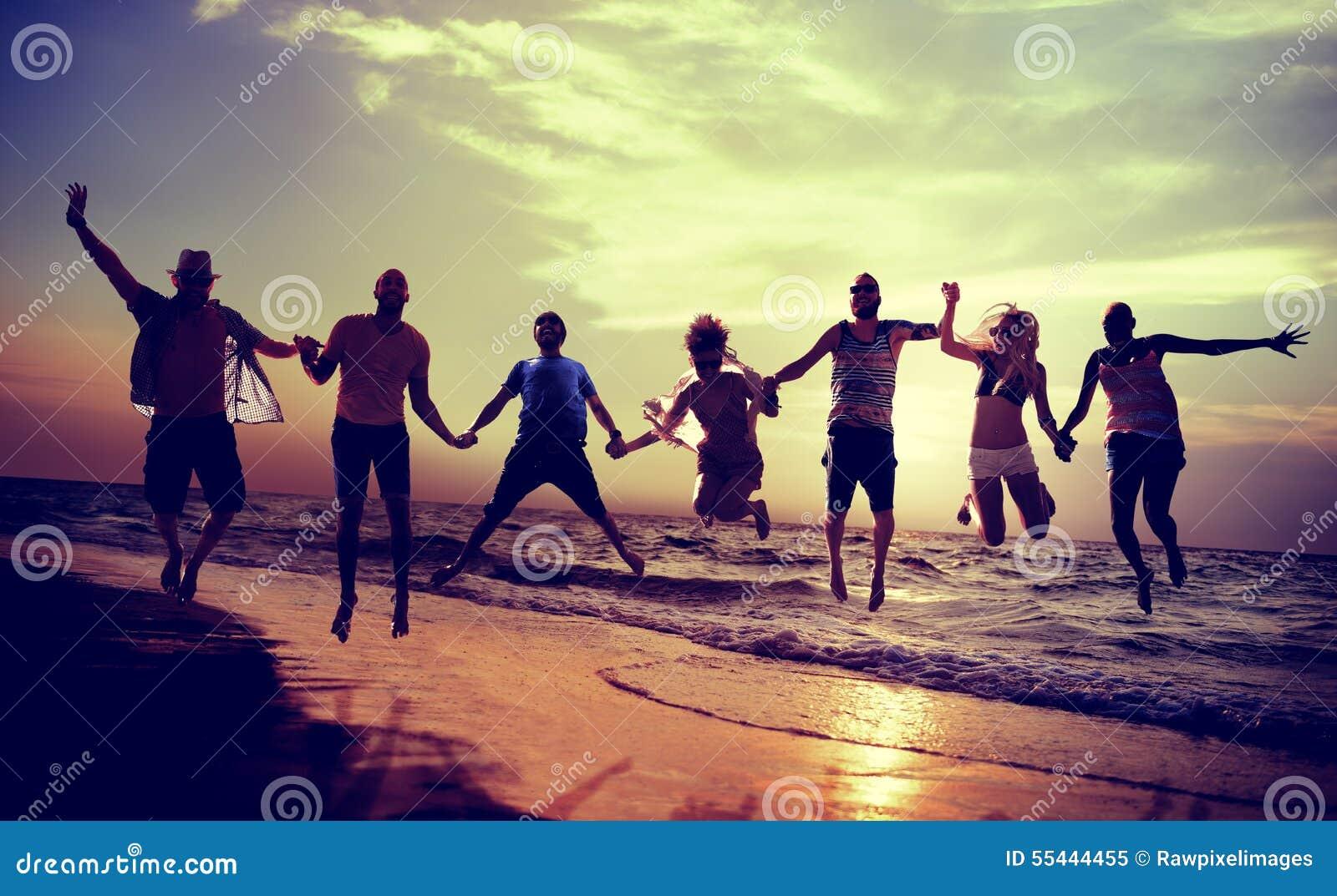Разнообразная концепция броска в прыжке потехи друзей лета пляжа