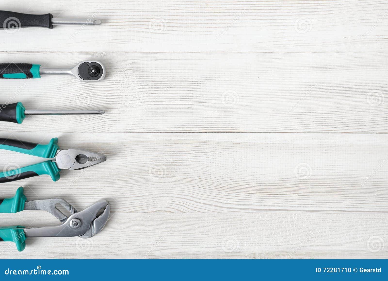 Download Разный вид конструктивных инструментов помещенных в ряд на правильной позиции с космосом экземпляра Стоковое Фото - изображение насчитывающей ручка, отладка: 72281710