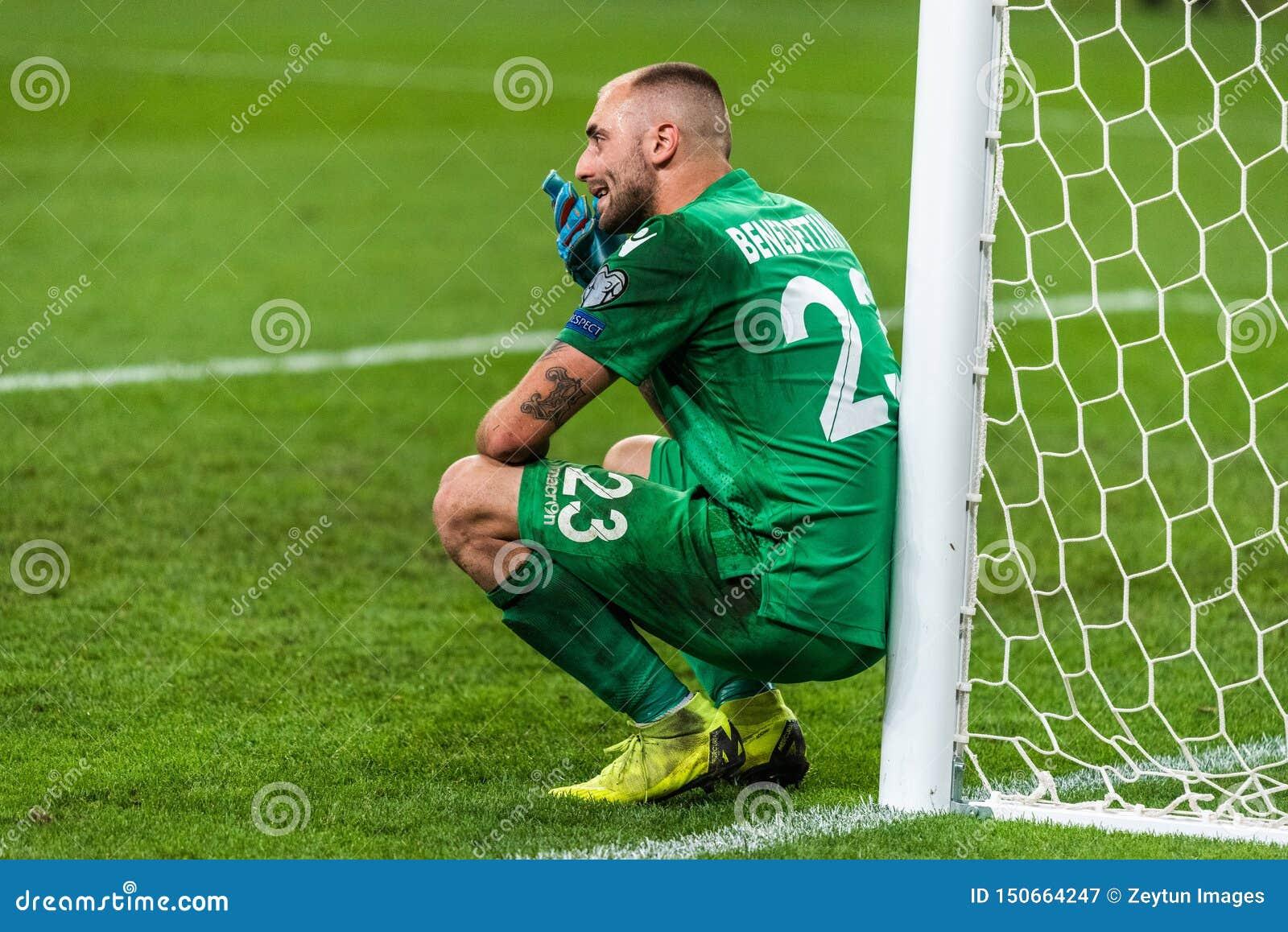Разочарованный голкипер Elia Benedettini футбольной команды Сан-Марино национальный следовать поражением 0-9 в евро 2020 UEFA про