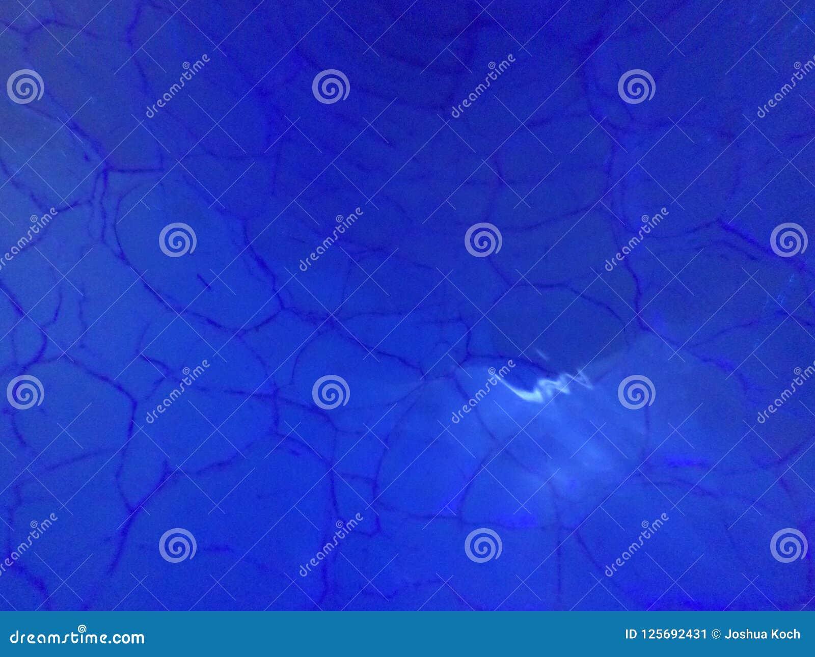 Разрушенное синее стекло с лучами света