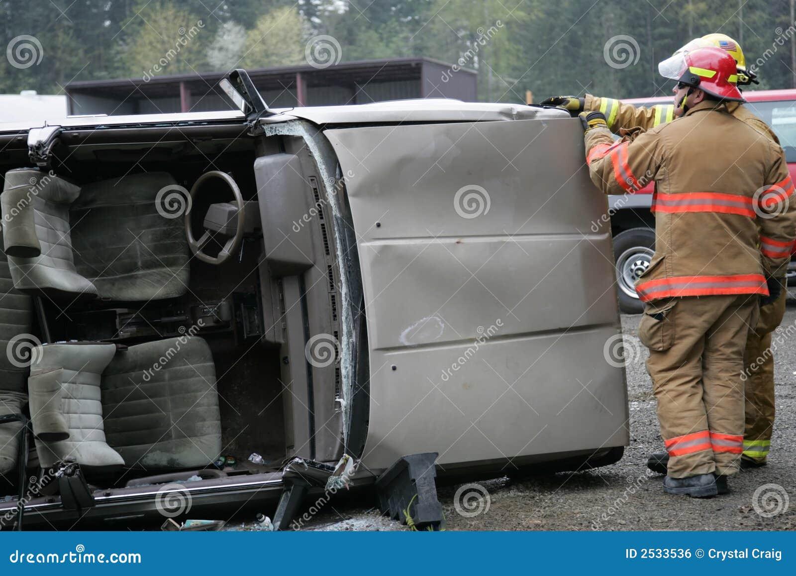 разрушенный автомобиль
