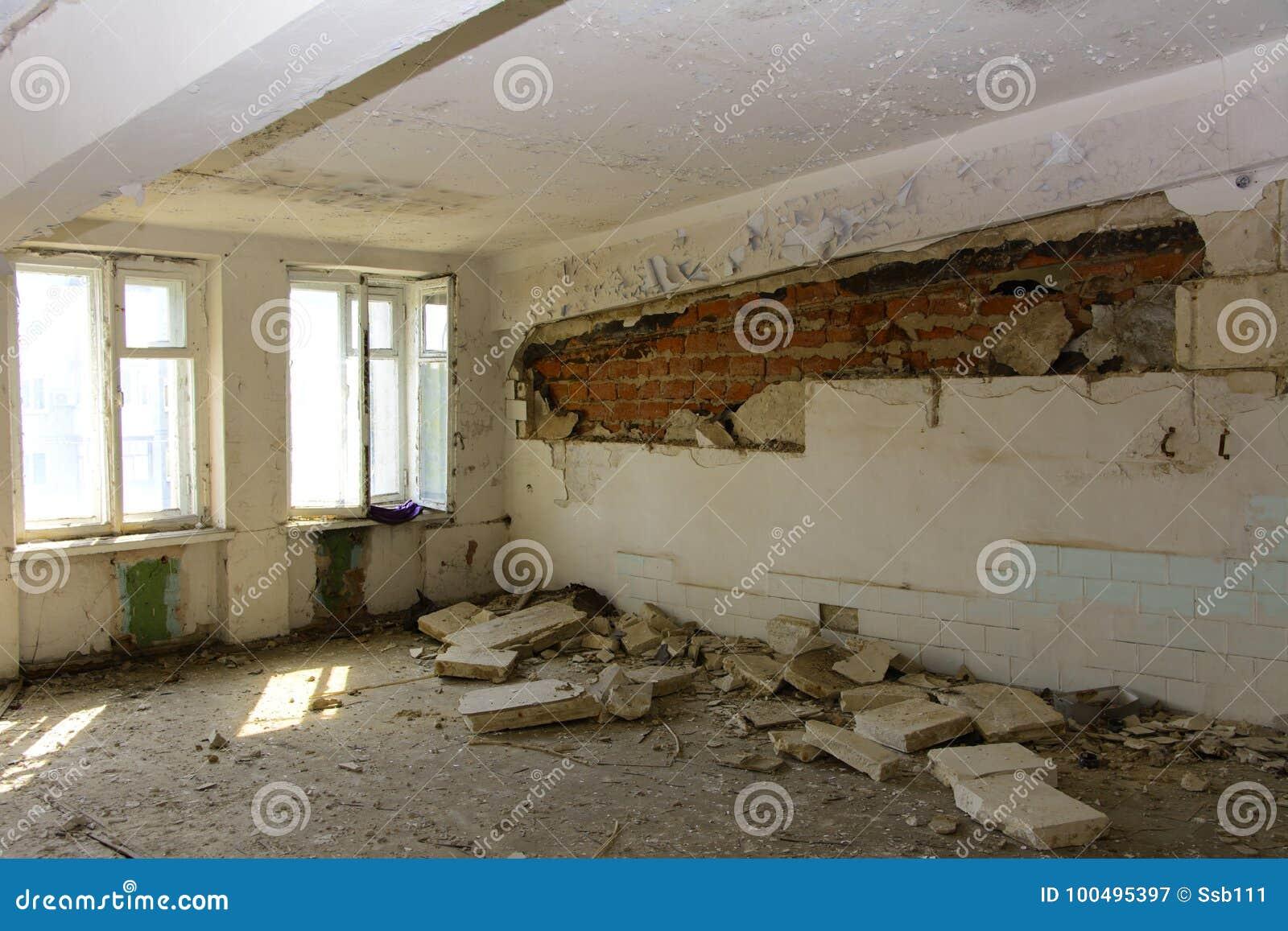Разрушьте и ограбьте магазин завода, который работал
