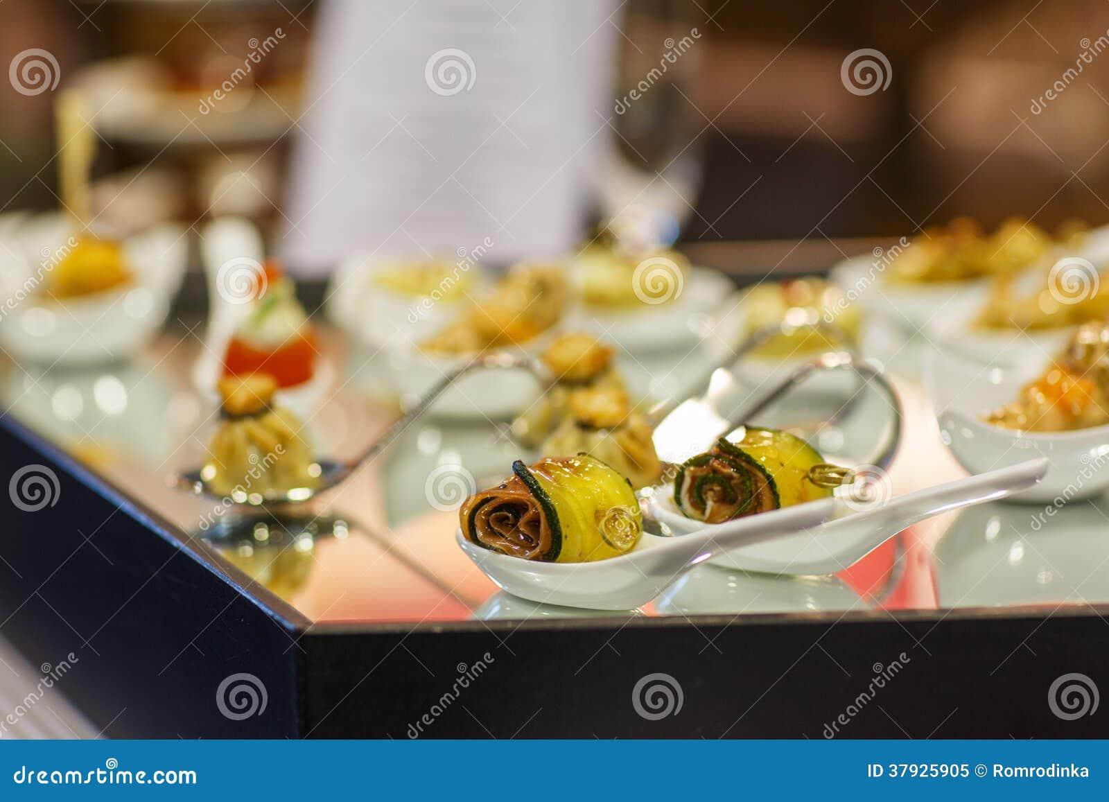 Различные вкусные закуски на роскошной таблице банкета
