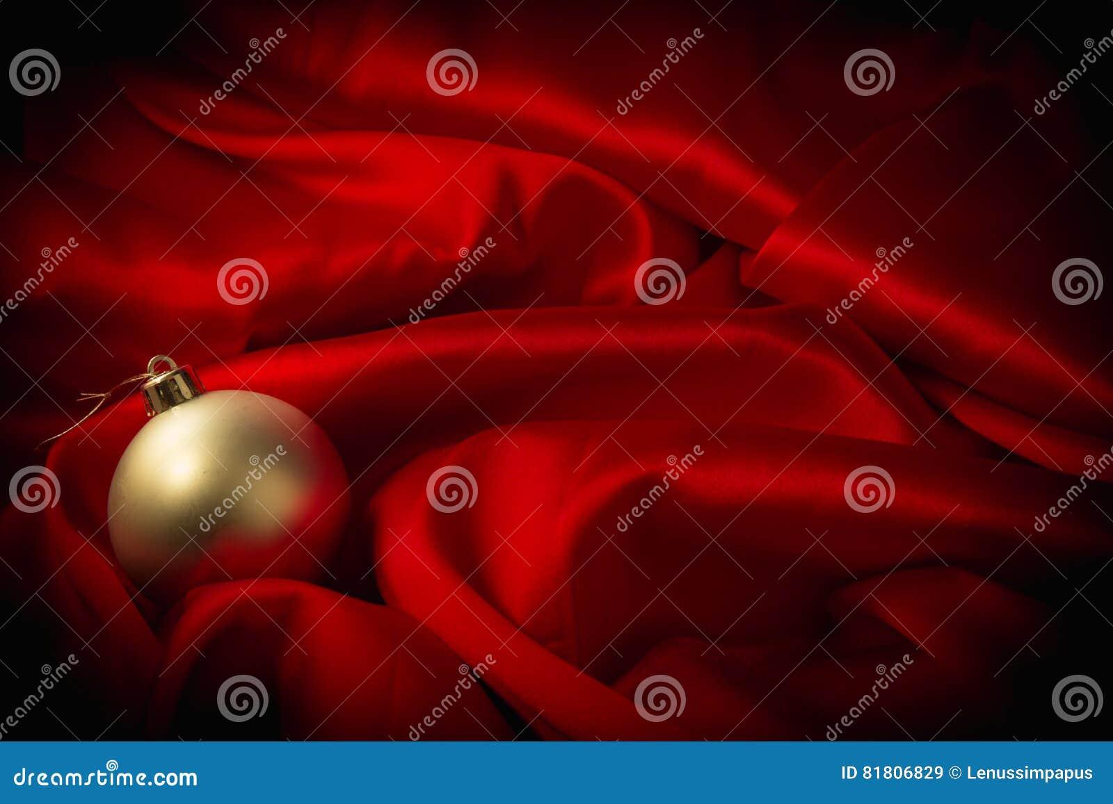 Различные игрушки на пламенистой красной предпосылке на Новый Год