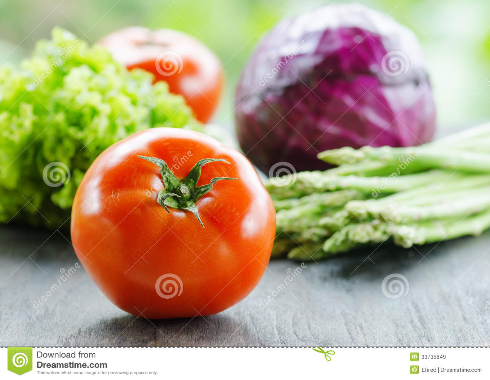 Различные овощи на деревянной таблице