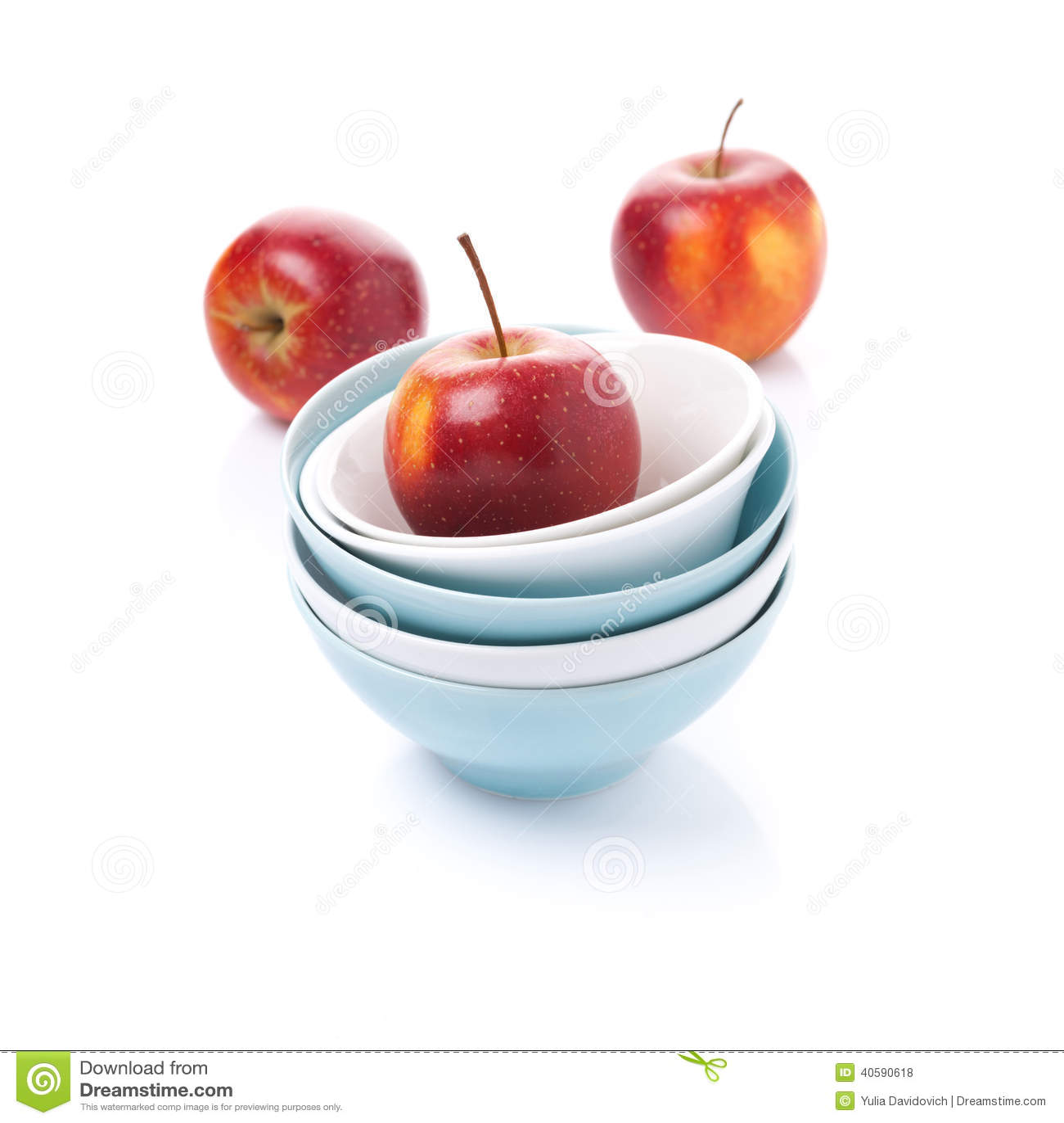 Различный чистый изолированные шар и красные яблоки,