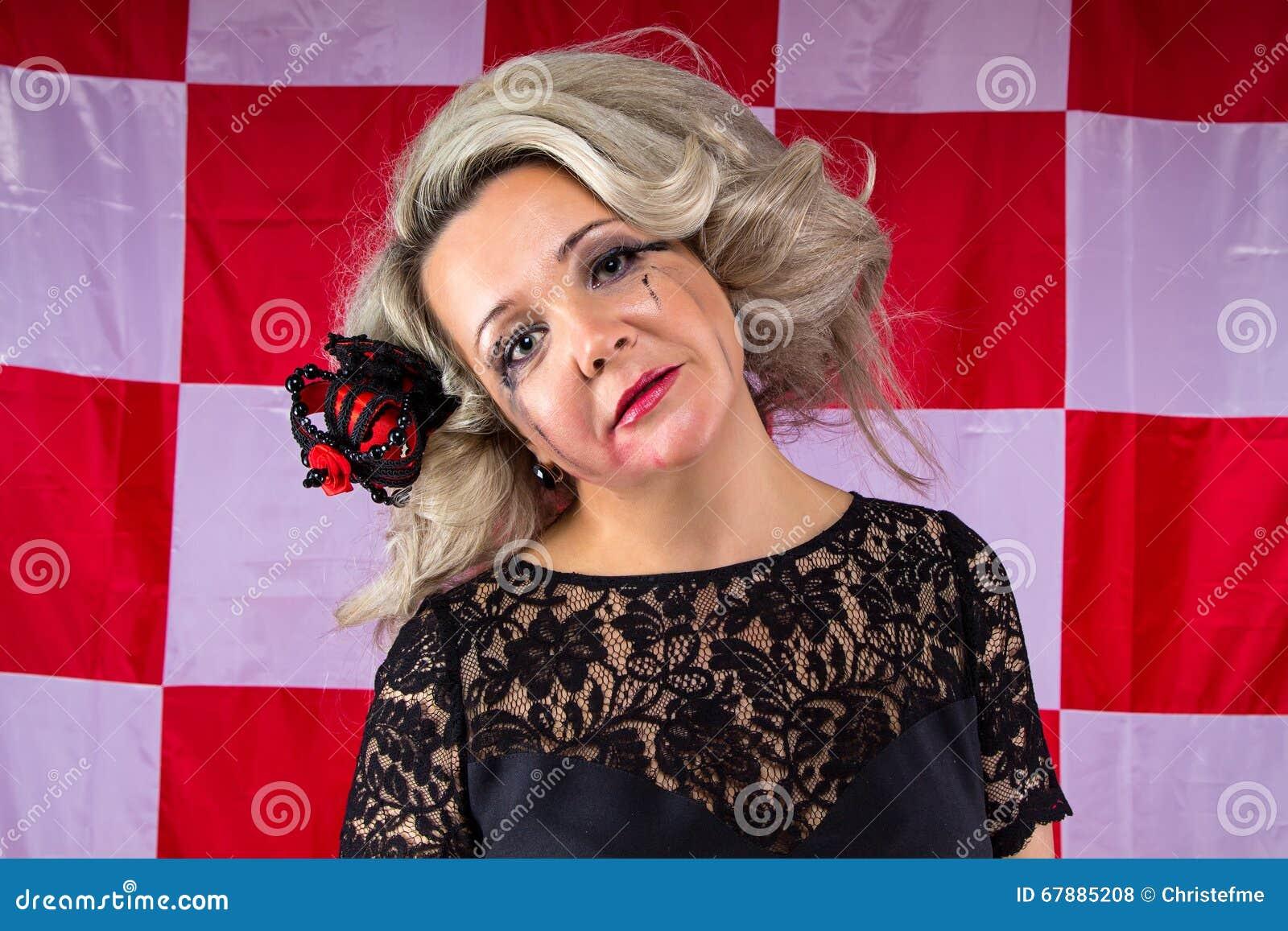 Раздражанная женщина с smudged составляет