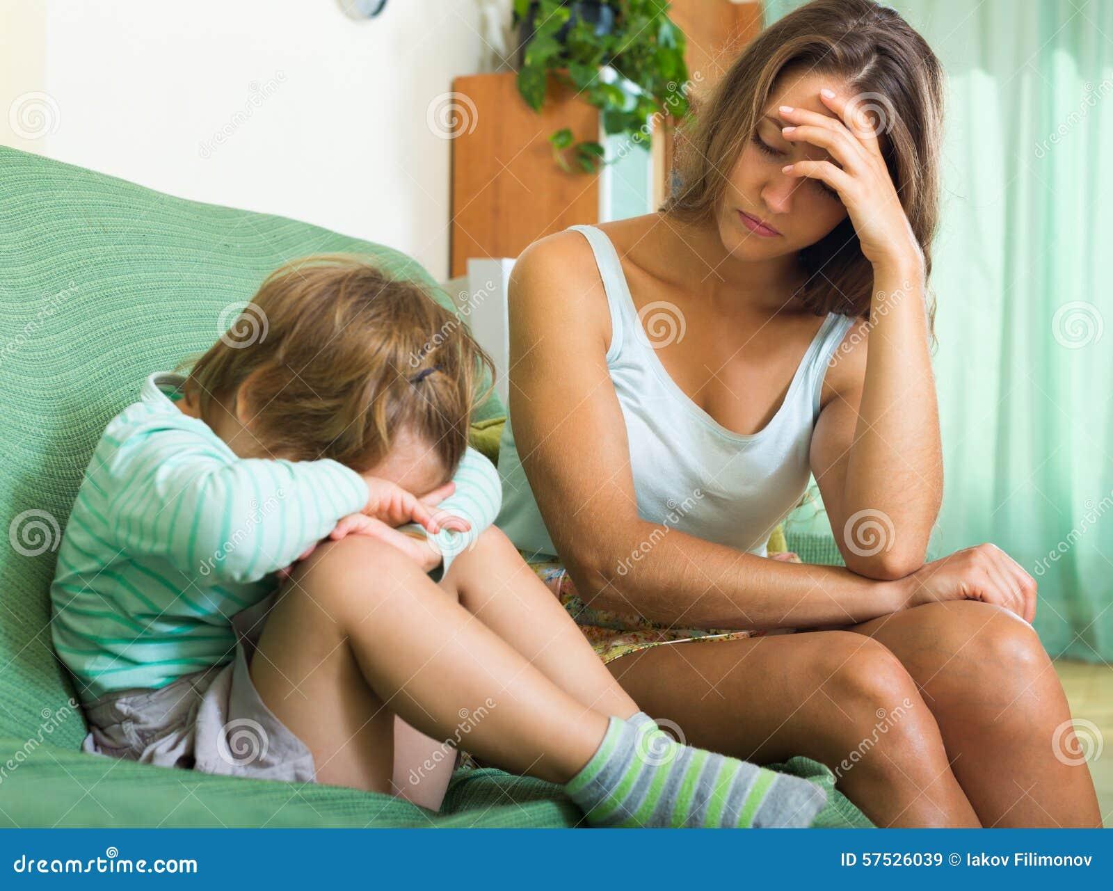 Раздражанные молодые няня и маленький ребенок