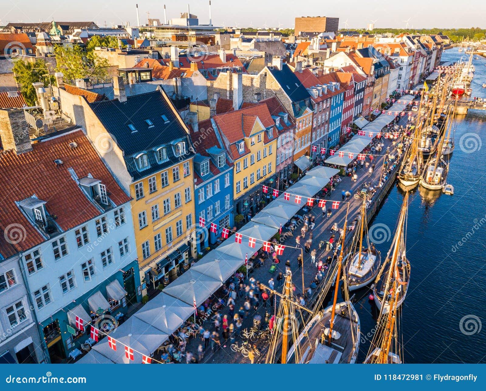 Район канала и развлечений гавани Nyhavn новый в Копенгагене, Дании Канал затаивает много исторических деревянных