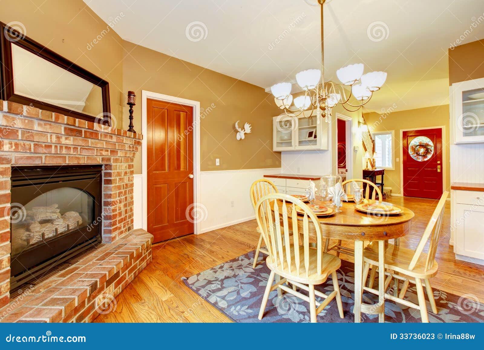 Район столовой завтрака с камином около кухни.