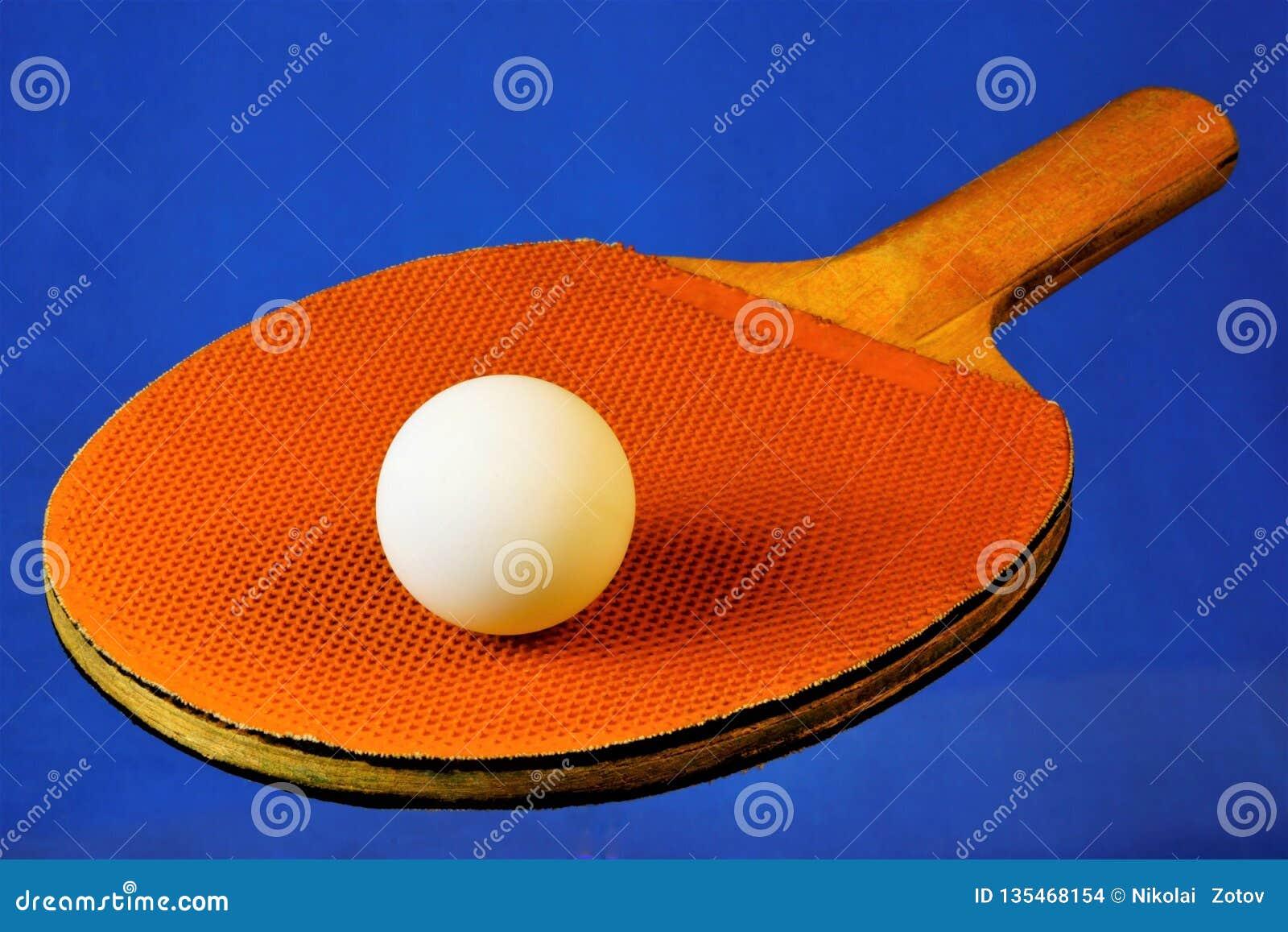 Ракетка и шарик для настольного тенниса олимпийского спорта, игра спорт с шариком в котором ракетки и размежеванная таблица игры